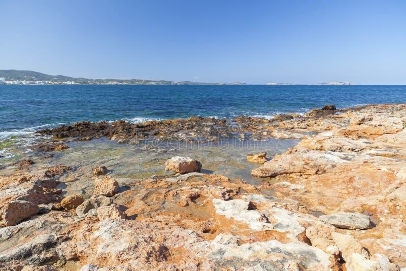La mer Méditerranée, vue côtière, formation de roche, ville de Sant image libre de droits