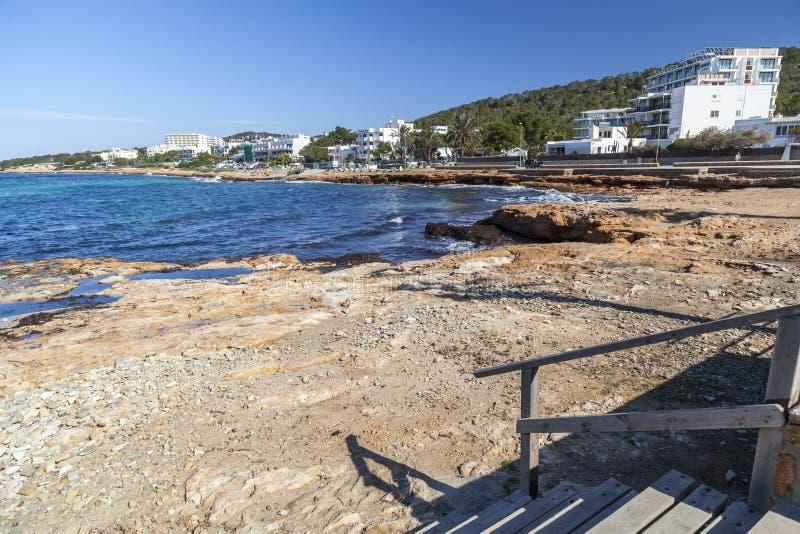 La mer Méditerranée, vue côtière, formation de roche, ville de Sant photographie stock libre de droits
