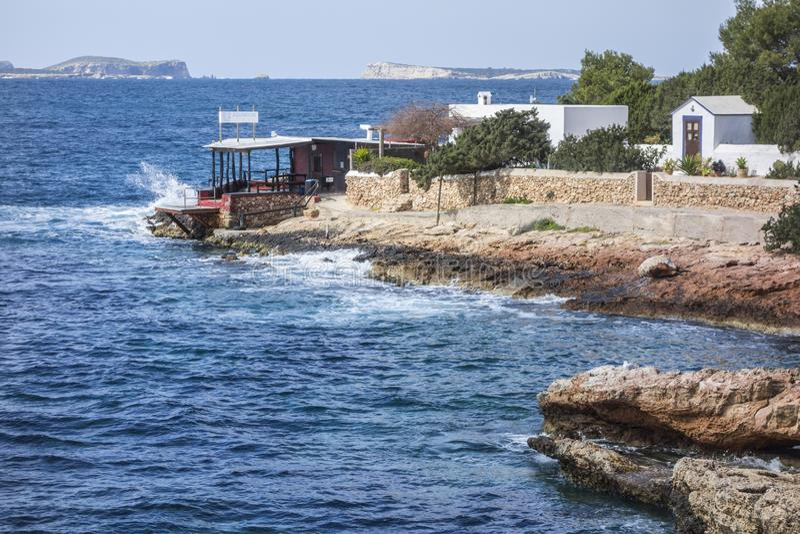 La mer Méditerranée, vue côtière, formation de roche, ville de Sant photos stock