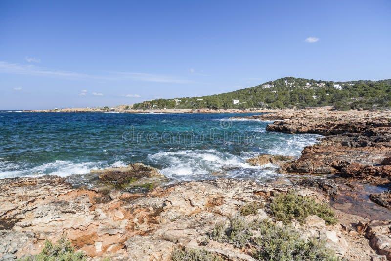 La mer Méditerranée, vue côtière, formation de roche, ville de Sant images stock