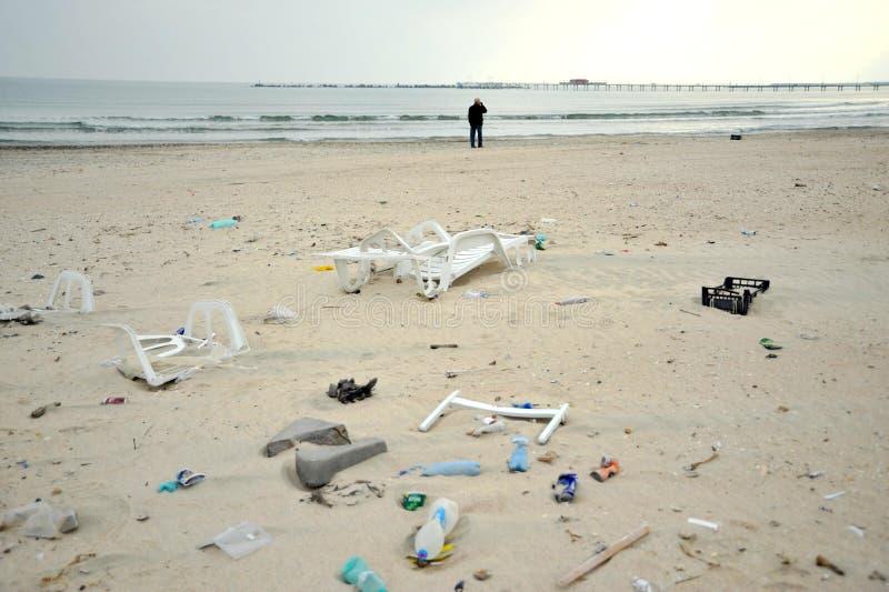 La Mer Noire polluée et sale dans la station de vacances de Constanta, Roumanie photos libres de droits