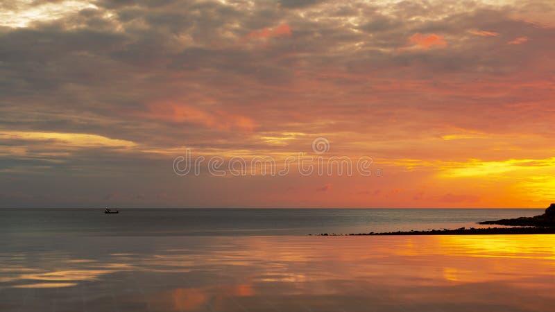La mer nuageuse pendant le début de la matinée est comme un royaume des fées dans le lever de soleil et l'aube photo stock