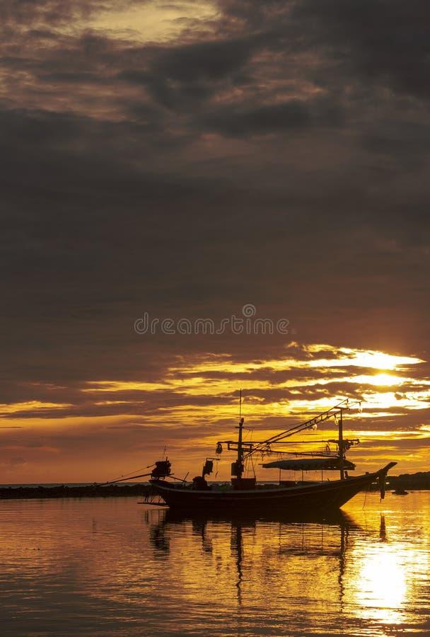 La mer nuageuse pendant le début de la matinée est comme un royaume des fées dans le lever de soleil et l'aube photo libre de droits
