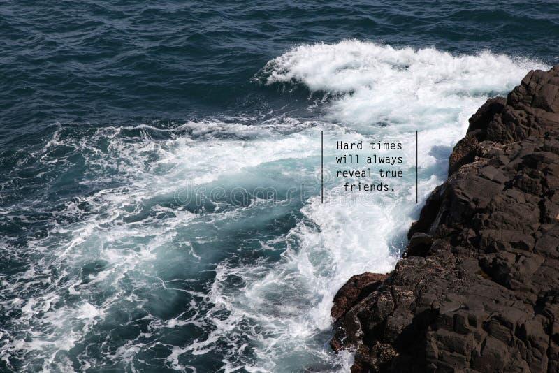 La mer ondule avec une énonciation positive photos stock