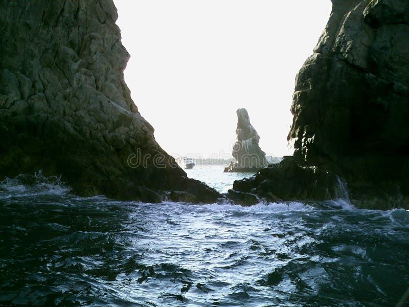 La mer ondule des roches image stock