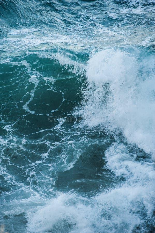 La mer ondule pendant une tempête image stock