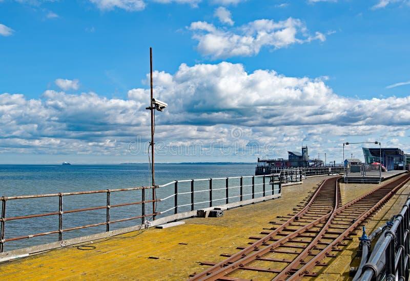 La mer a survécu aux lignes ferroviaires et aux murs sur la jetée de plaisir chez South End sur la mer, Essex images libres de droits
