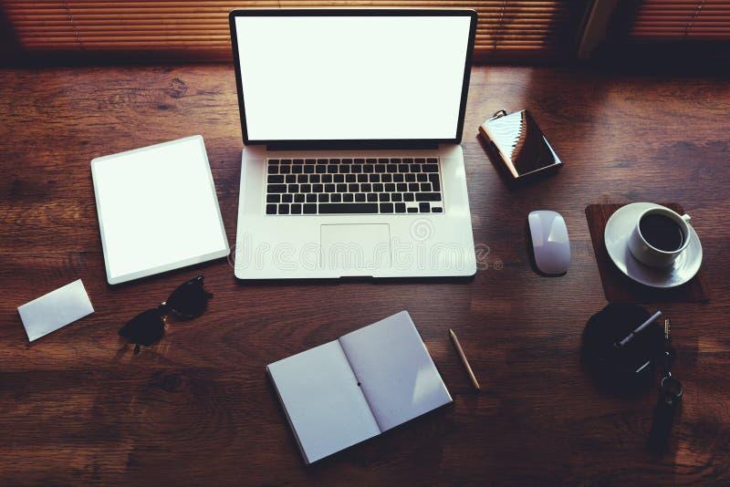 La mesa de la persona del negocio con los accesorios de lujo y la distancia funcionan las herramientas imágenes de archivo libres de regalías