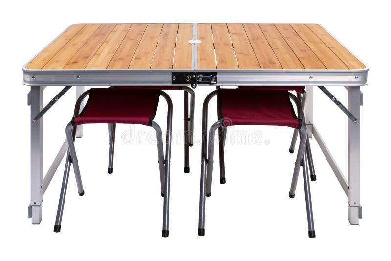 La mesa de picnic de plegamiento, all? es sillas debajo de la tabla, en un fondo blanco fotos de archivo