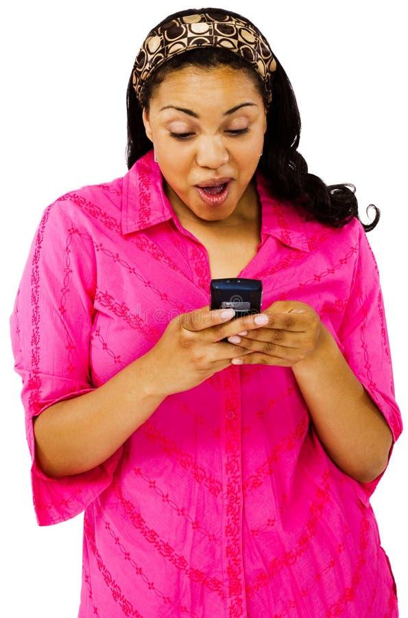La messagerie textuelle de jeune femme image stock