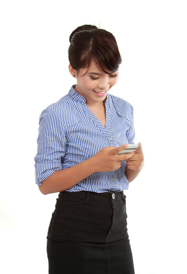 La messagerie textuelle heureuse de femme d'affaires image libre de droits