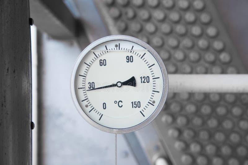 La mesure de la température installent avec thermo bien pour surveiller la température de décharge du compresseur de propulseur d images stock
