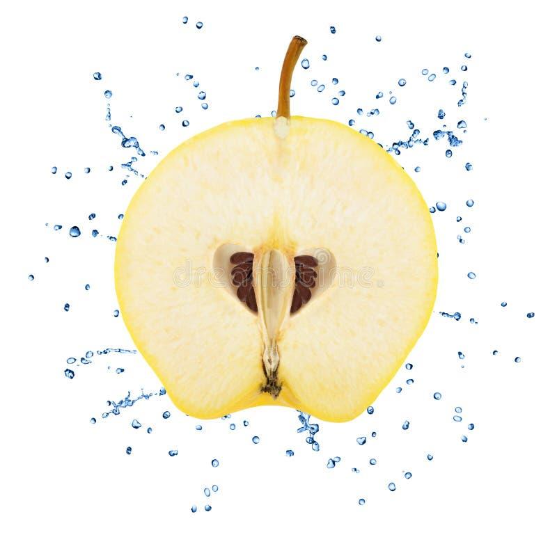 La metà della Apple-cotogna con acqua spruzza isolato su fondo bianco fotografie stock