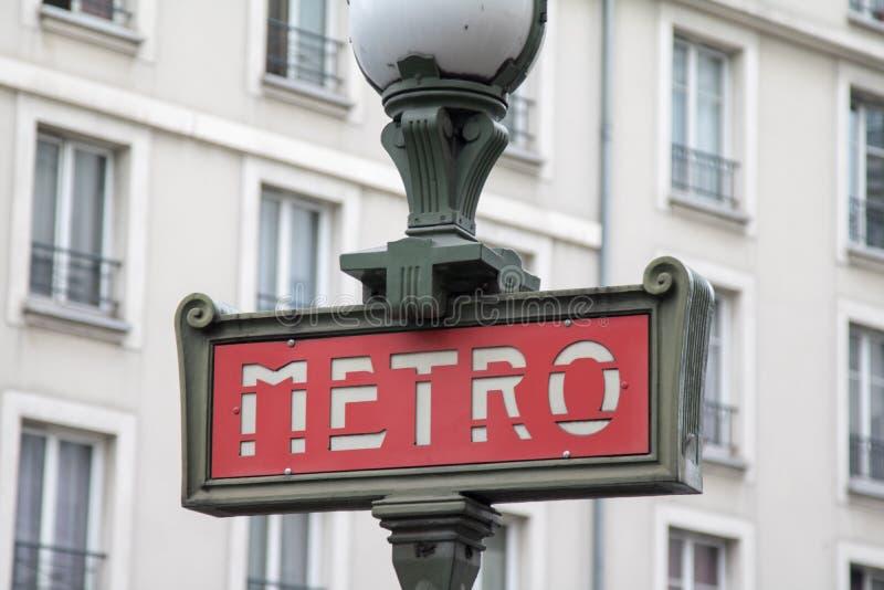 La metropolitana firma dentro Parigi immagine stock