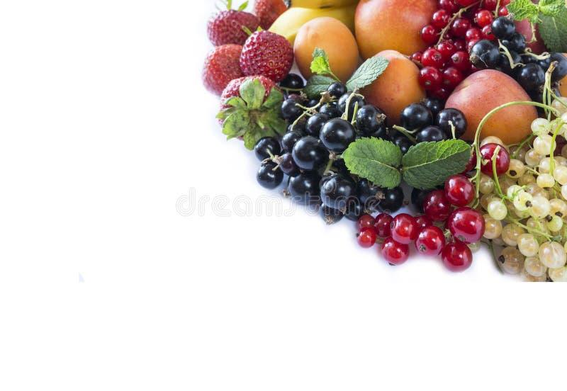 La mezcla da fruto las bayas en el fondo blanco Pasas, fresas y albaricoques negros, rojos, blancos maduros Frutas dulces y jugos foto de archivo