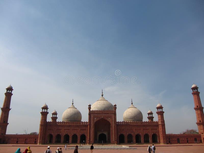 La mezquita de Badshahi (centro) fotografía de archivo