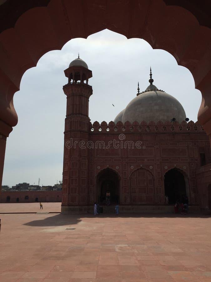 La mezquita de Badshahi a través de la puerta lateral foto de archivo libre de regalías