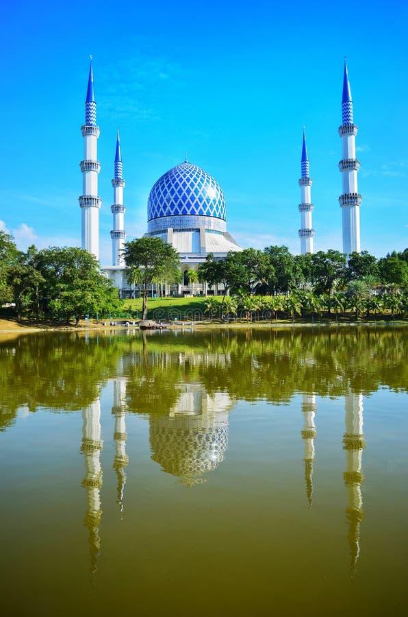 La mezquita de Sultan Salahuddin Abdul Aziz Shah es la mezquita del estado de Selangor, Malasia Está situada en Shah Alam fotografía de archivo libre de regalías