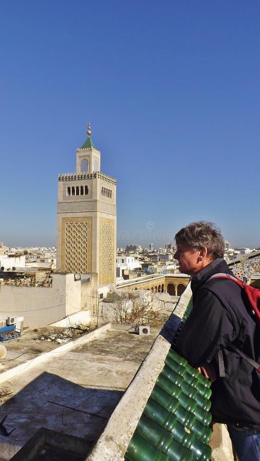 La mezquita del al-Zaytuna y el horizonte de Túnez, Túnez fotografía de archivo