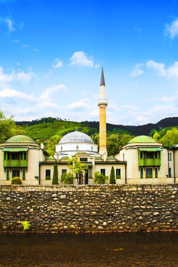 La mezquita del ` s del emperador en Sarajevo, en los bancos del río de Miljacki, Bosnia y Herzegovina imagenes de archivo