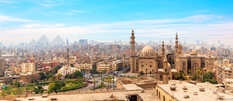 La mezquita-Madrassa de Sultan Hassan en el panorama de El Cairo, Egipto fotos de archivo libres de regalías