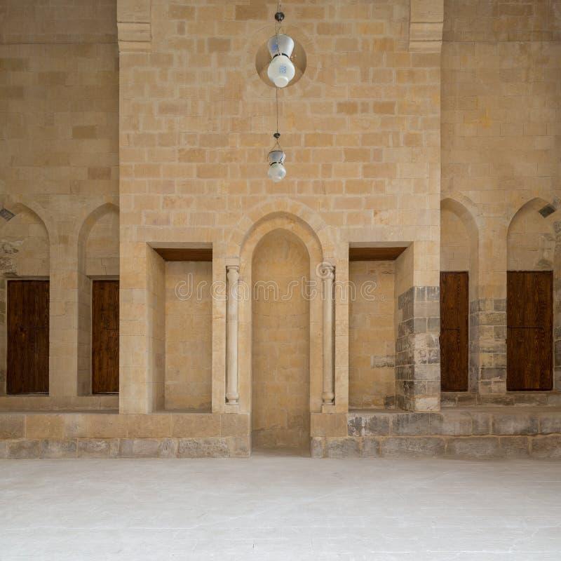 La mezquita pública ató al edificio histórico de Bimaristan del al-Muayyedi, distrito de Darb Al Labana, El Cairo viejo, Egipto fotografía de archivo