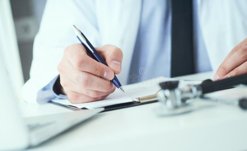 La mi section du docteur masculin écrit la prescription au patient à la table de travail Panacée et économies de la vie, traiteme image stock