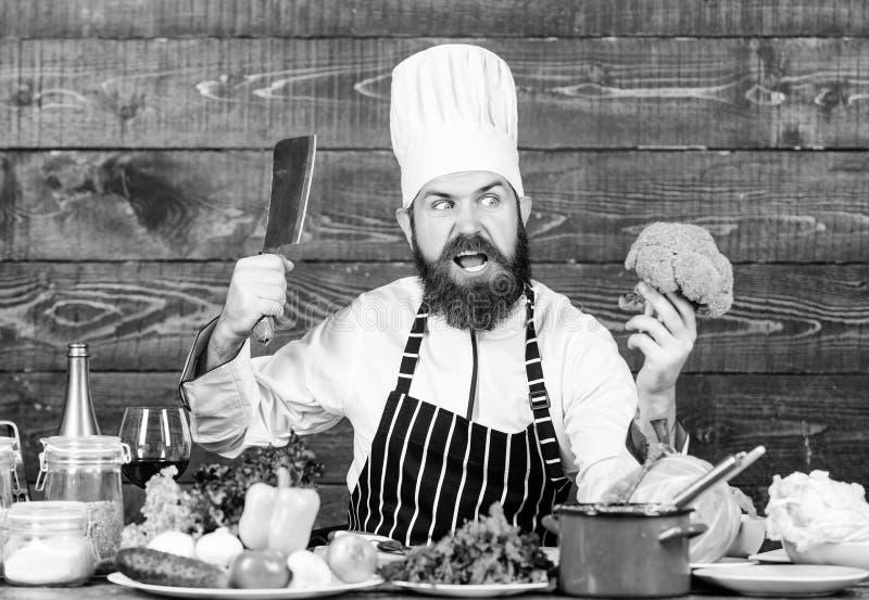 La mia cucina le mie regole Il cuoco unico usa le verdure organiche fresche per il piatto Pasto vegetariano Alimento biologico In immagini stock