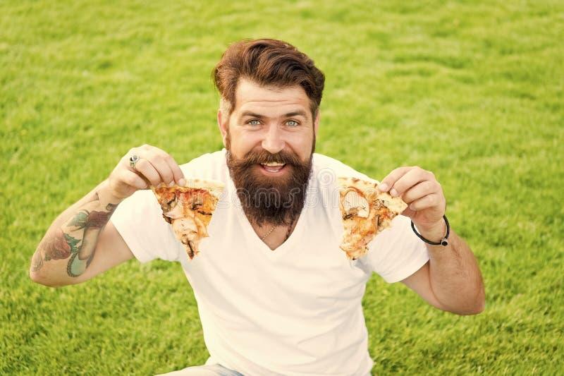 La mia pizza preferita picnic estivo sull'erba verde fine settimana della pizza fast food mangi pizza con gli uomini barbuti uomo immagini stock