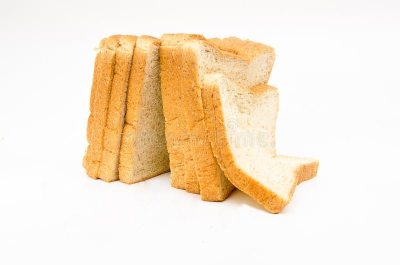 La miche de pain de coupe avec la réflexion d'isolement image stock