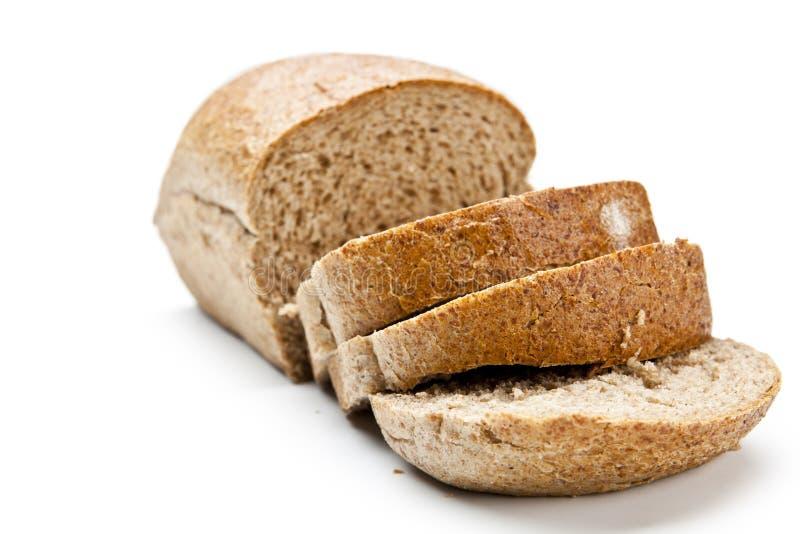 La miche de pain de coupe avec la réflexion d'isolement sur le blanc images stock
