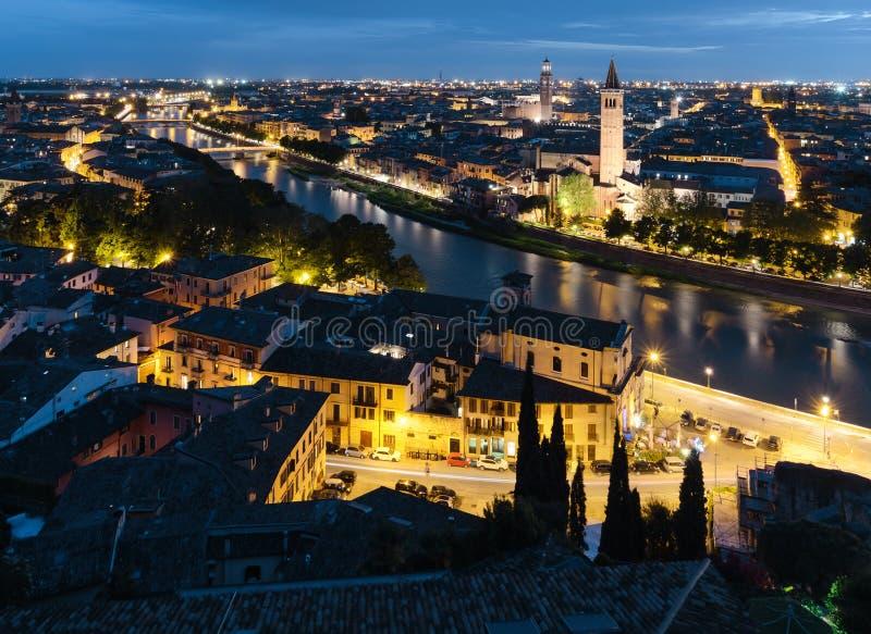 La migliore vista su Verona nella sera L'Italia immagini stock