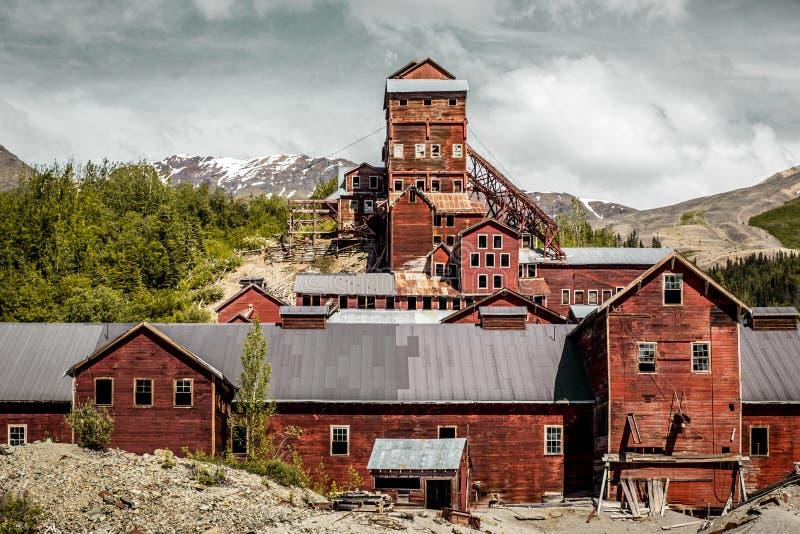 La mine de cuivre d'abandonedKennecott traitant le moulin en Alaska images libres de droits