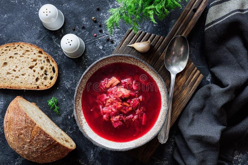 La minestra ucraina del Borscht è servito con aneto, pane ed aglio freschi su fondo scuro fotografia stock libera da diritti