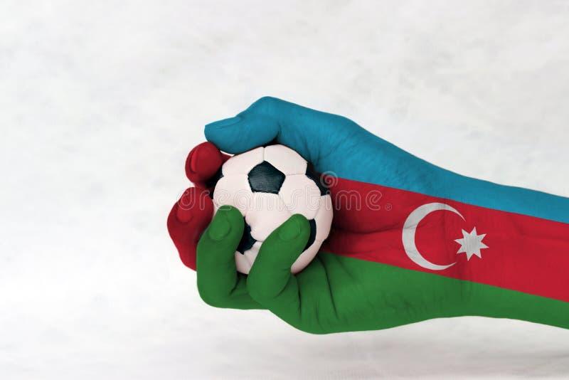 La mini boule du football dans le drapeau de l'Azerbaïdjan a peint la main sur le fond blanc Rouge et vert bleus avec le croissan illustration libre de droits