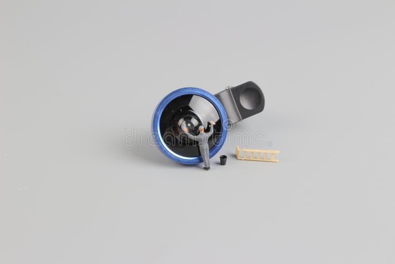 la mini cámara de la limpieza del trabajador de la gente len foto de archivo
