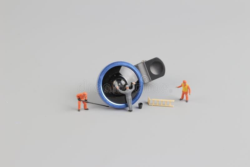 la mini cámara de la limpieza del trabajador de la gente len imágenes de archivo libres de regalías