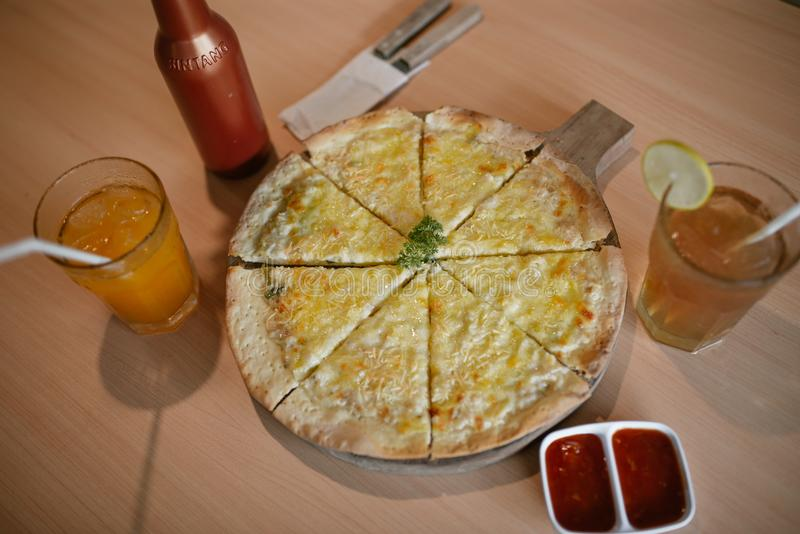 La mini pizza es simple fotografía de archivo