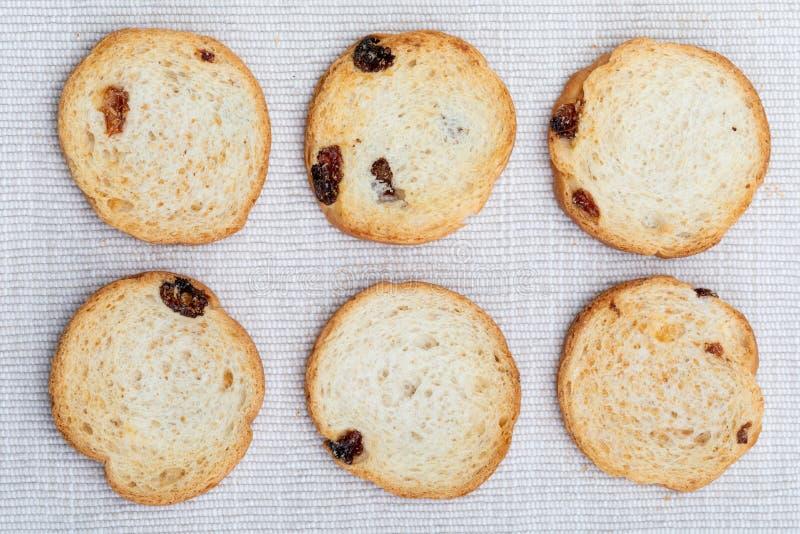 La mini ronda tuesta del pan con las pasas 6 unidades imagenes de archivo