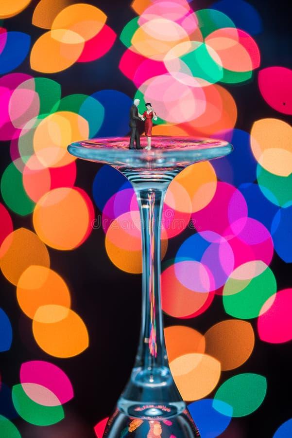 La miniatura figura el baile de salón de baile en las copas de vino fotos de archivo libres de regalías