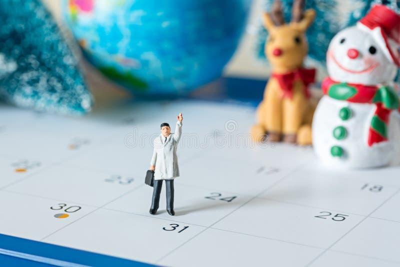 La miniature d'affaires figure des personnes sur le calendrier et le christm de 31 jours photographie stock
