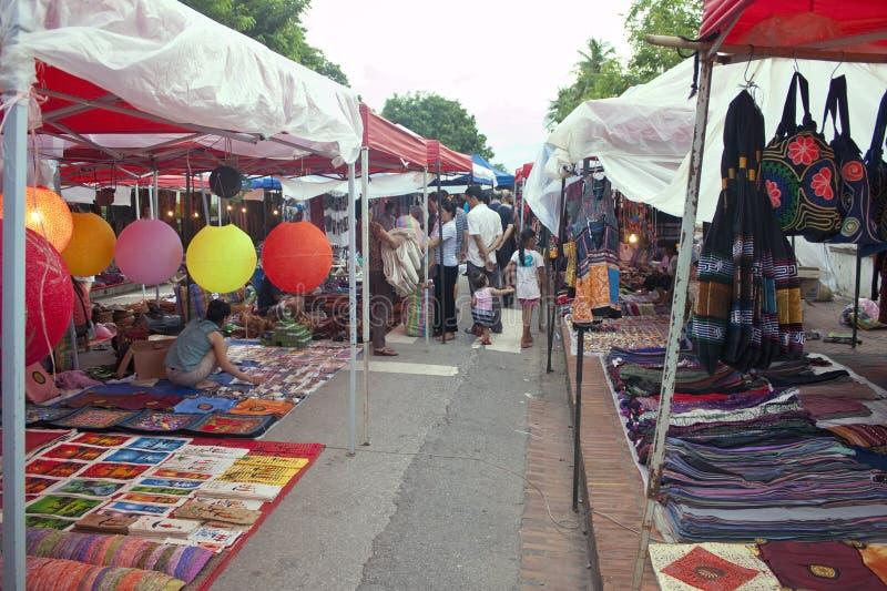 La minorité ethnique traditionnelle lancent sur le marché photographie stock