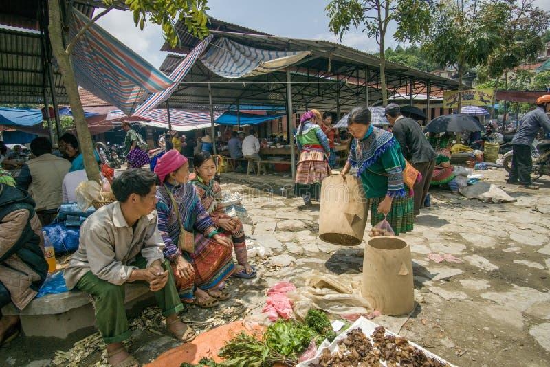La minorité lancent la scène sur le marché en Bac Ha, Vietnam image libre de droits