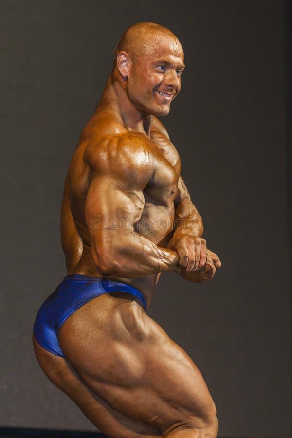 La Minsk-Bielorussia, il 26 aprile: Caucasian maschio professionale Bodybuilde fotografia stock libera da diritti