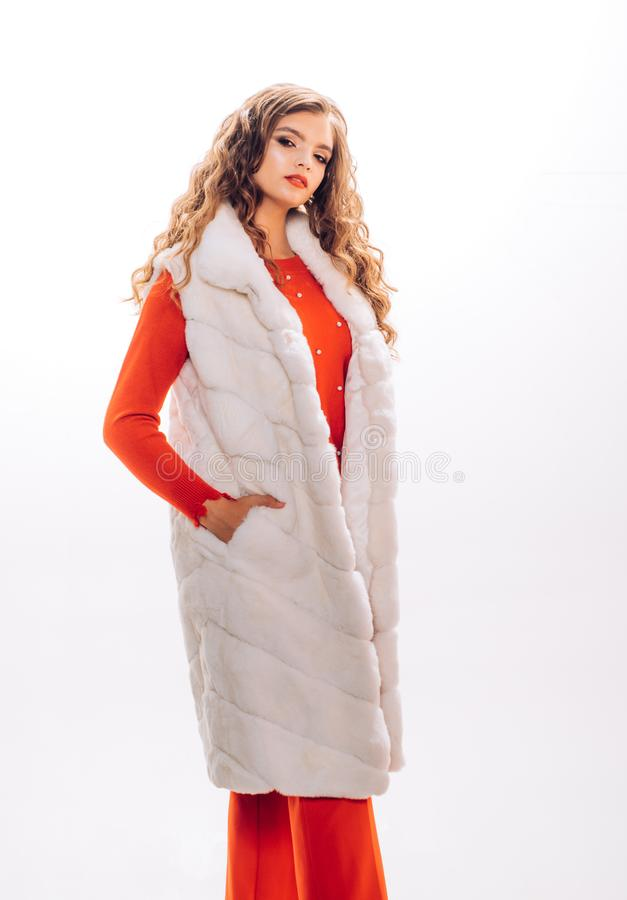 La mirada de lujo La mujer bonita en modelo de moda de moda del chaleco de la piel lleva la piel lujosa Tendencia de la moda del  fotografía de archivo libre de regalías