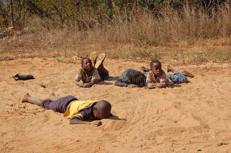 La mirada en las caras de los niños de África - pueblo Pomeri fotografía de archivo libre de regalías