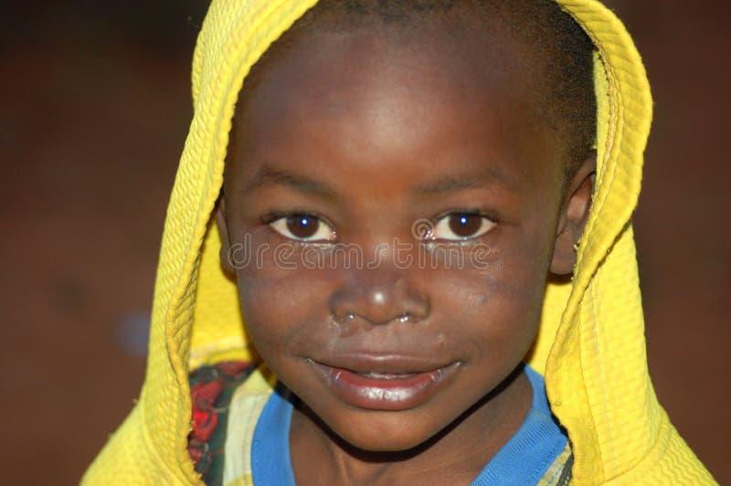 La mirada en las caras de los niños de África - pueblo Pomeri imagenes de archivo