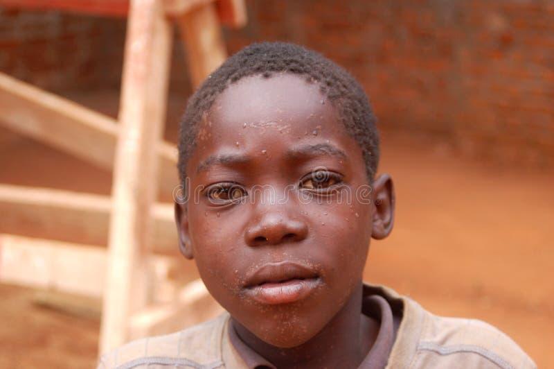 La mirada en las caras de los niños de África - pueblo Pomeri foto de archivo