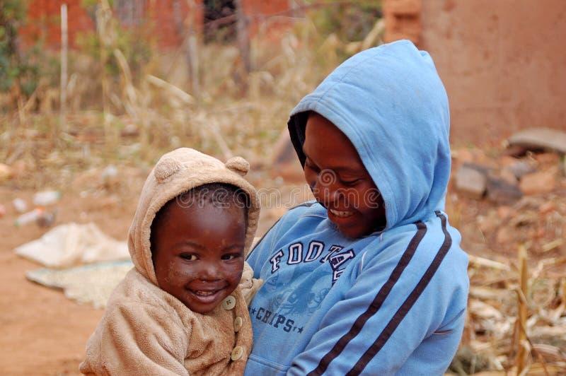 La mirada en las caras de los niños de África - pueblo Pomeri imagen de archivo