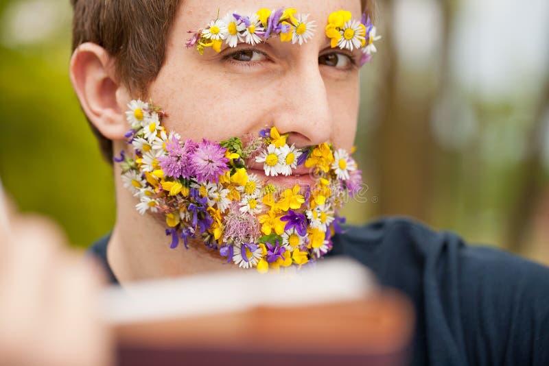 La mirada intensa de una flor cubrió la lectura del inconformista fotografía de archivo libre de regalías